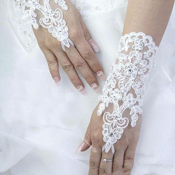 Moda Kısa Parmaksız Gelin Eldiven 2020 Beyaz Dantel Aplikler Boncuklu Şerit Tied Gelin Aksesuarları Bilek Uzunluğu Düğün Eldiven AL2508