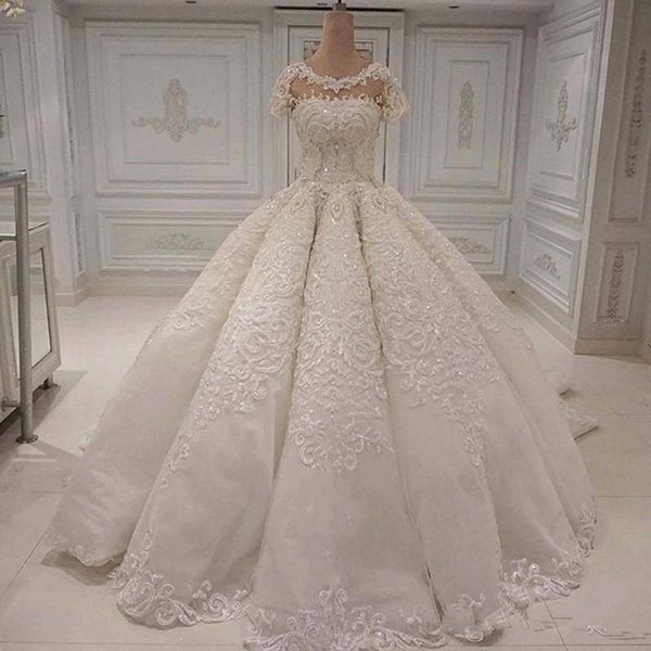 Vestidos de novia del diseñador largo elegante magníficas Dubai Saudita balón vestido de encaje apliques de perlas de cristal de manga corta de los vestidos de novia vestido de novia