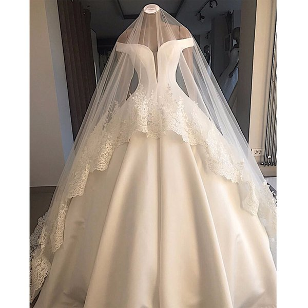 Dreamy épaules Robe de mariée en satin blanc simple robe de mariée robe de bal Sexy Backless Plus Size Robes de mariée avec voile