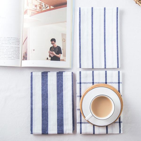 2 adet Mavi saf pamuk saf ve taze şerit damalı peçete kumaş, mat yemek, çay havlu arka plan bez masa örtüsü almak