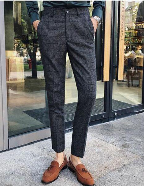 un pantalone grigio