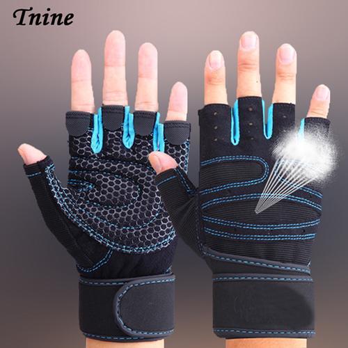 синие спортивные перчатки