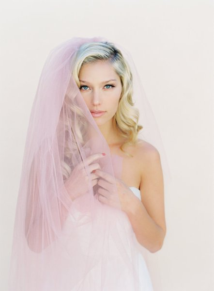 Hot New Designer High Quality Real Picture One Layer Cut Edge Wedding Veil Floor Length White Pink Ivory Red Meidingqianna Brand Alloy Comb