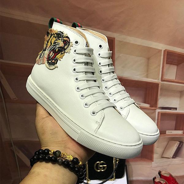 Zapatos blancos del tigre