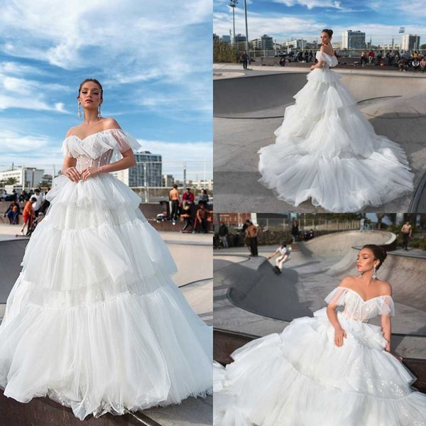 2020 Crystal Design Wedding Dresses Faldas escalonadas Una línea Sweep Train Pricess Beach Wedding Dress Apliques de encaje por encargo Vestidos De Novia
