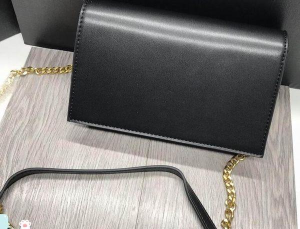 noir avec chaîne en or