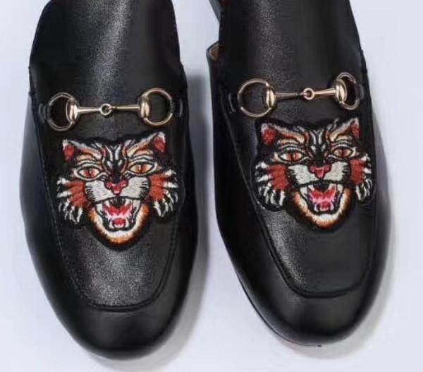 Vente-2019 Hot Marque Mulets Princetown Hommes Femmes Fur Chaussons Mules en cuir véritable Flats de luxe de la chaîne en métal de mode Chaussures pour dames