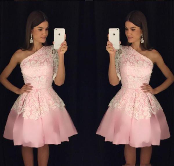Розовый Тюль Белый Кружева Homecoming платья Sexy одно плечо длиной до колен платье Короткие Выпускные Пользовательские коктейль платья Q64