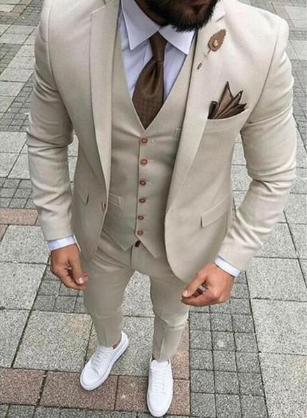 Großhandel 2019 New Beige Männer Anzug Slim Fit 3 Stücke Jacke + Weste + Hosen Hochzeit Bräutigam Smoking Anzug Anzug Maßgeschneiderte Polyester Prom