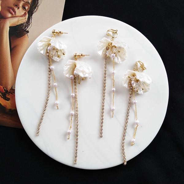 2019 Clip de pétalos de flor de concha asimétrica en pendientes sin perforar Mujeres Pendientes de clip de circón de perlas elegantes Sin agujero perforado