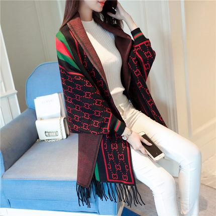 Sciarpa allentata da donna in maglione lavorato a maglia con poncho da donna