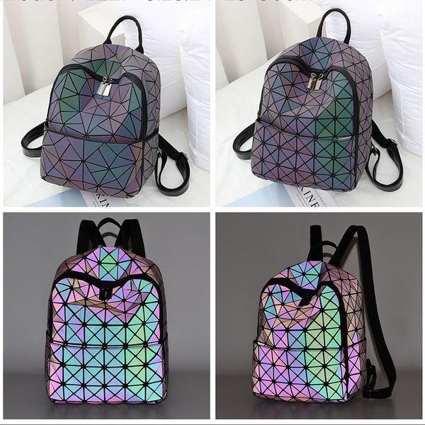 Großhandel Neue Regenbogen Geometrische Plaid Dreieck Patchwork Laser Hologramm PU Jugendliche Schultasche Mädchen Falten Mini Frauen Rucksack Von