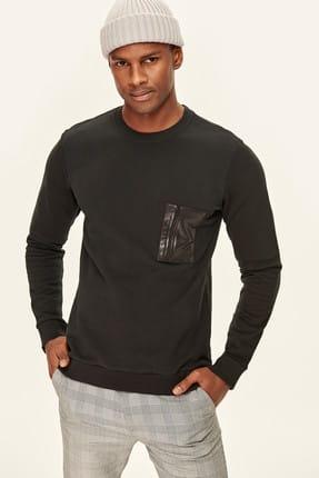 Detalhe de bolso preto masculino camisola com zíper prata TMNAW19VL0042
