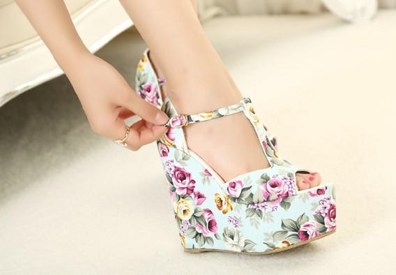 Hot Selling Wedges High Heels Fashion Flowers Print New Sandals For Women Shoes Platform Pumps T Belt Buckle