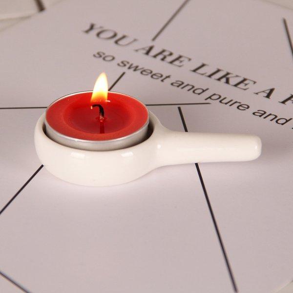 حامل شمعة بيضاء