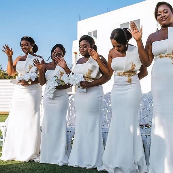 2020 Elegante Plus Size Afrikanisches weißes Brautjungfer Kleider Strapless Plissee Gold-Applikationen Mermaid Hochzeitsgast Maid of Honor Kleider