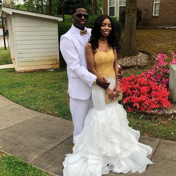 Sexy Prom Dresses sirena africana bianco e oro applique perline nuovo 2019 cinghie spaghetti Tiers volant gonna abito da sera abito da fidanzamento