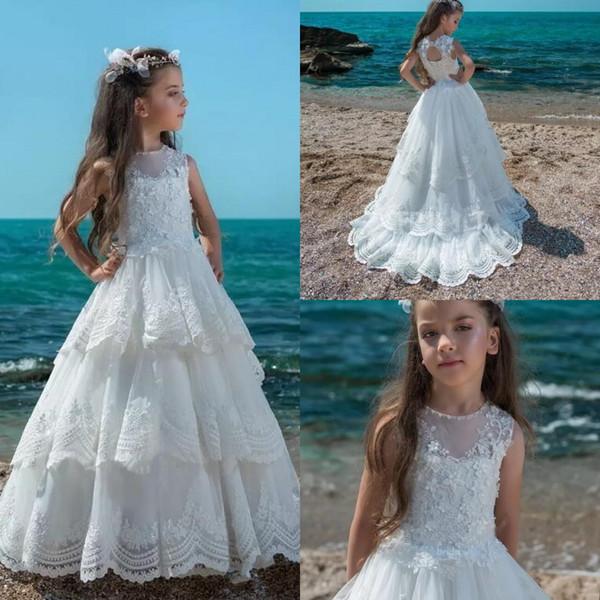 Bianco Summer Beach Flower Girl Dresses 2019 senza maniche in pizzo Appliqued Corsetto Back Ragazze Pageant Abiti bambini prima comunione usura BA8525