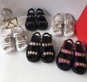 Yeni perçinli düz sandalet Tasarımcı Lüks elmas marka kadın eğlence sandalet bayanlar moda Deri açık plaj terlik