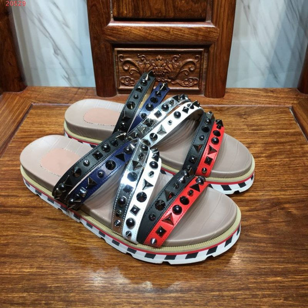 2019 fashion trend brand men's shoes adopt imported leather fabric, dotted with rivet elements, fashionable and unique men's slippers beach