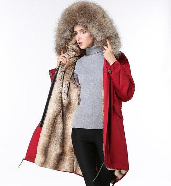 casaco vermelho de pele marrom
