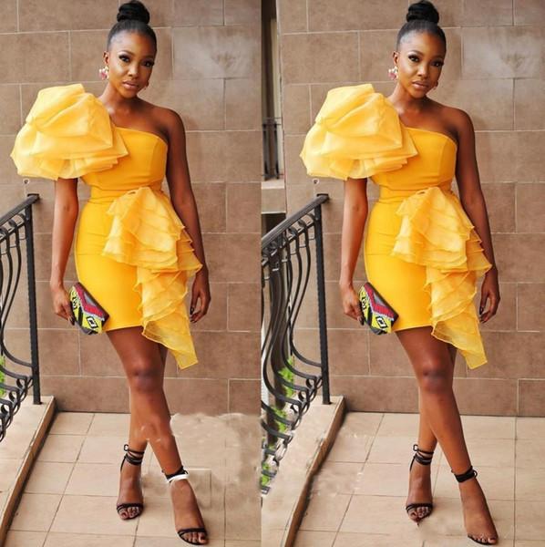 Robes De Cocktail Sexy Manche Une Epaule Manches Froncées Mini Robes De Soirée Robe De Soirée Jaune Tight Pour Femmes Retour Zipper Robes De Bal