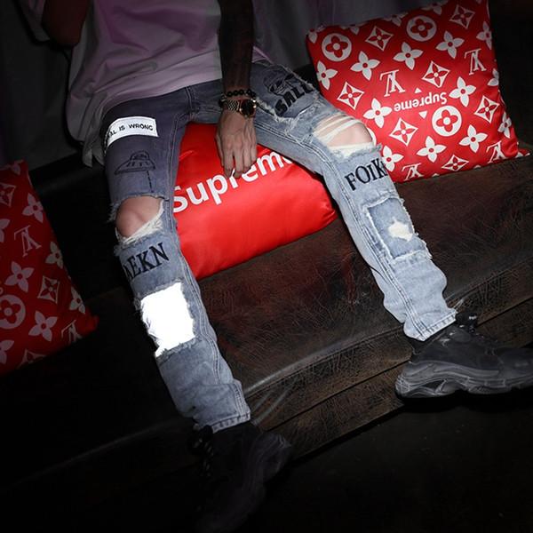 Agujero de la rodilla mendigo parche jeans de tela Hombres Euro-Americano Personalidad Marca de moda Azul claro Calzado delgado Calzado pantalones