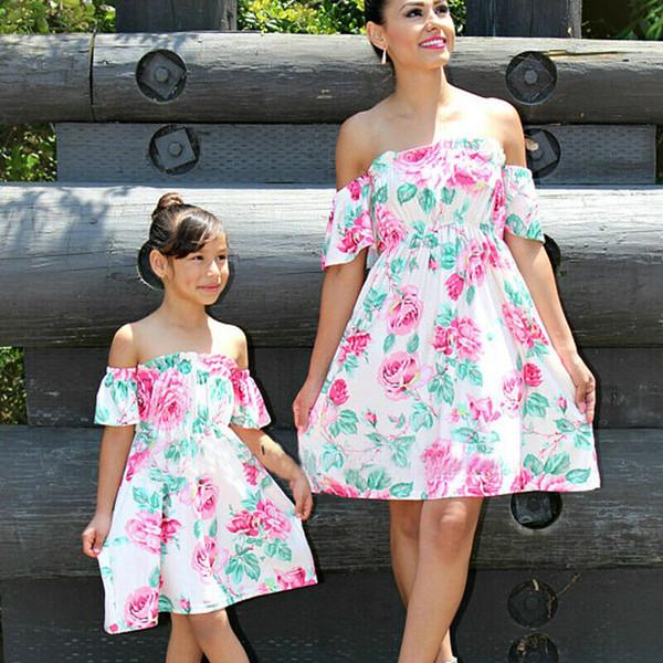 Corrispondenza Famiglia Outfits madre e figlia vestiti corta floreale manicotto della stampa senza spalline del vestito sottile del mini vestito di moda