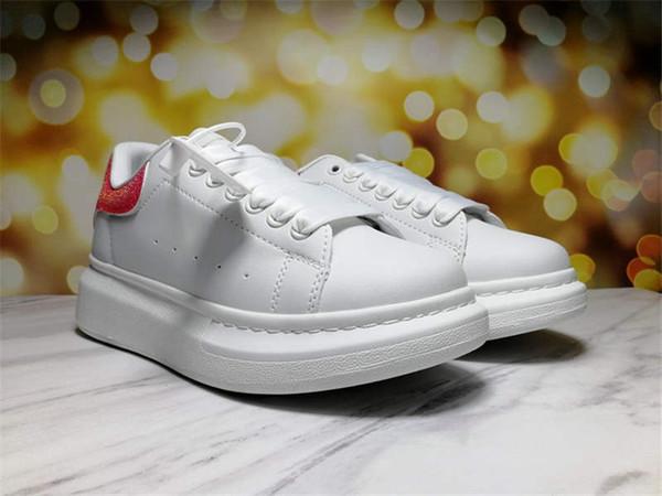 sapatos brancos cauda vermelha