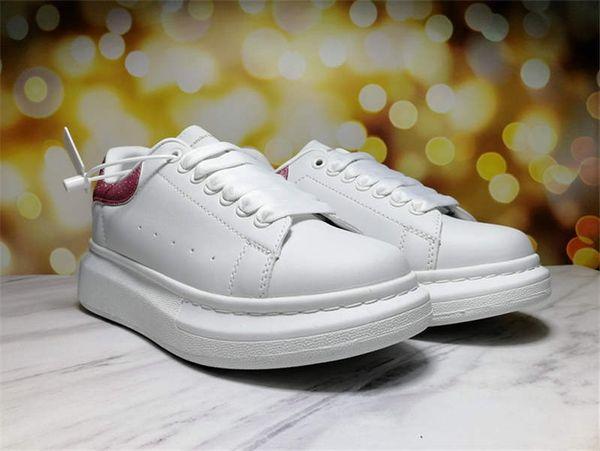 sapatos brancos pino cauda vermelha