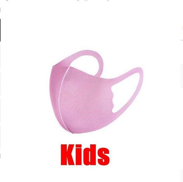 الوردي الطفل مع كيس مقابل