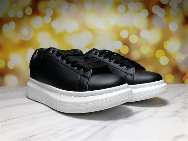 zapatos negros de fondo blanco