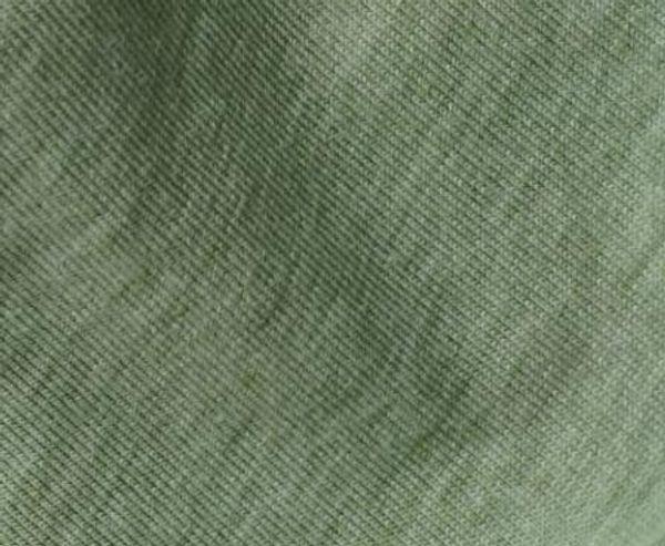 texto negro de la camiseta verde oliva