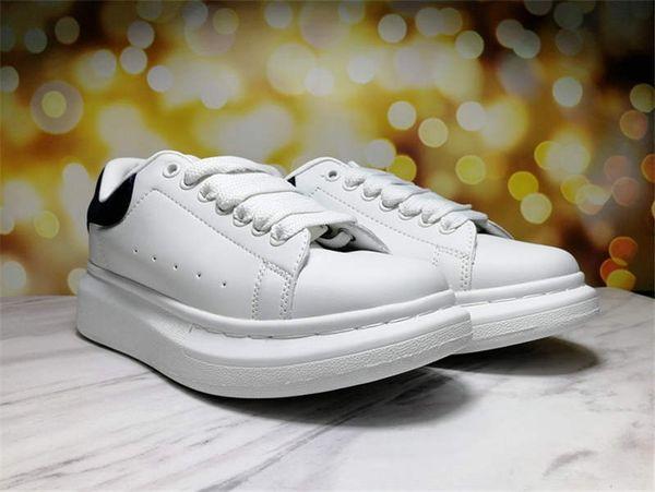 sapatos brancos cauda preta