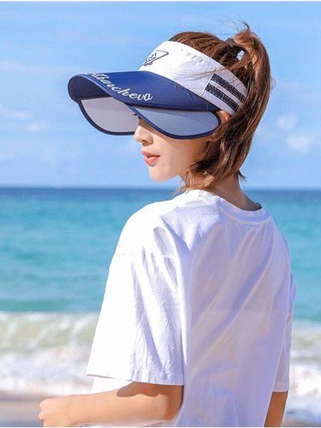 blanca con visera azul marino