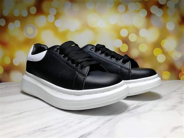sapatos pretos da cauda branca
