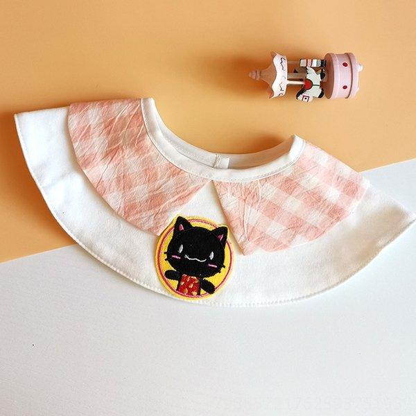 petit chat noir avec col à carreaux