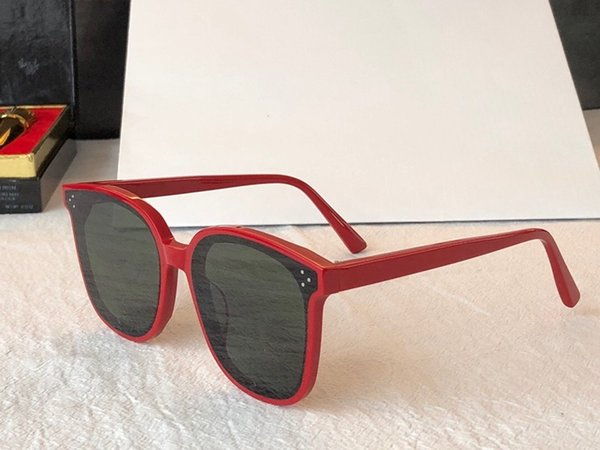 cadre rouge lentille grise
