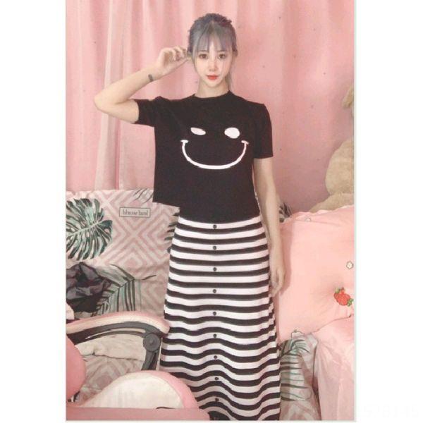 Negro camiseta + falda de rayas