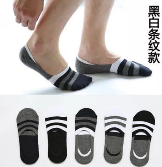 Invisíveis meias pretas e listra branca