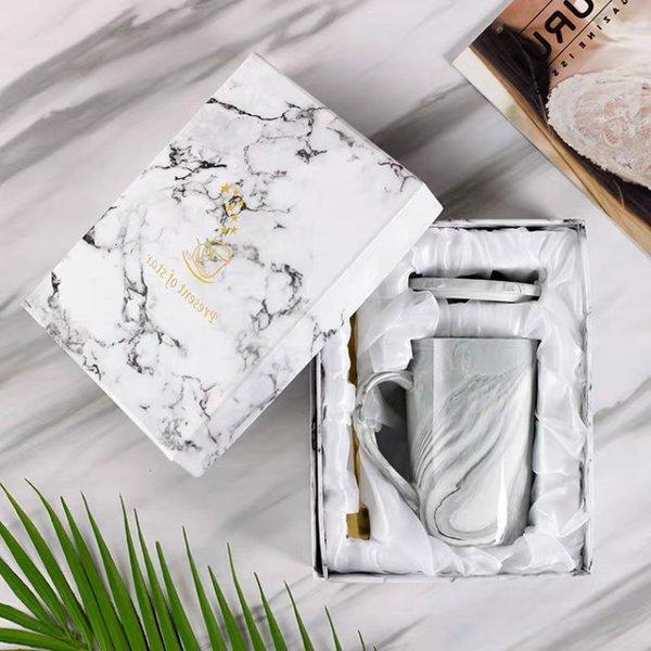 뚜껑 숟가락과 선물 상자 회색 컵