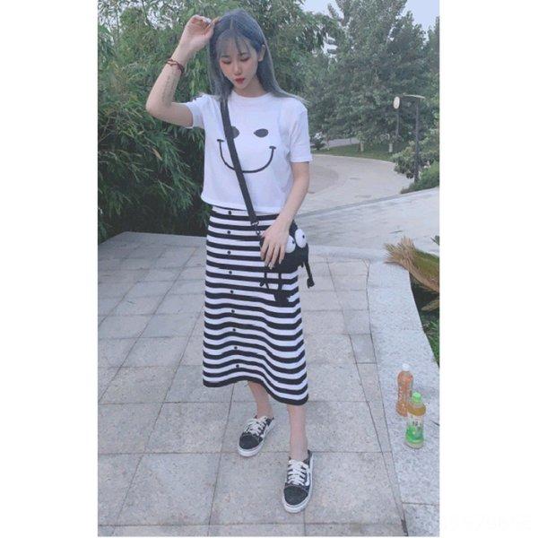 Camiseta blanca + falda de rayas