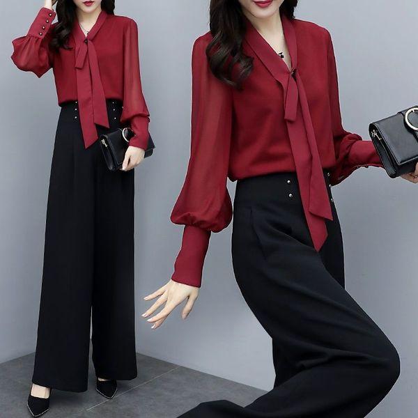 Red Top + Pantaloni neri Un insieme