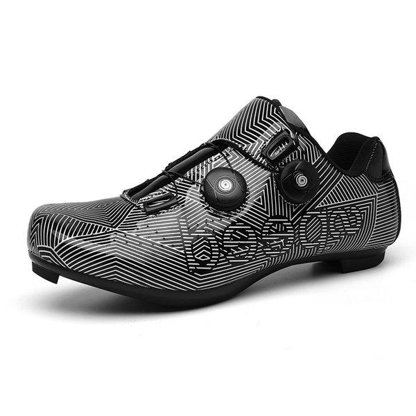 zapatos negros de carretera