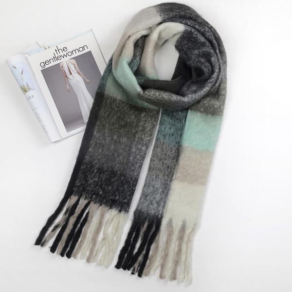 Coincidencia de bufanda de color gris