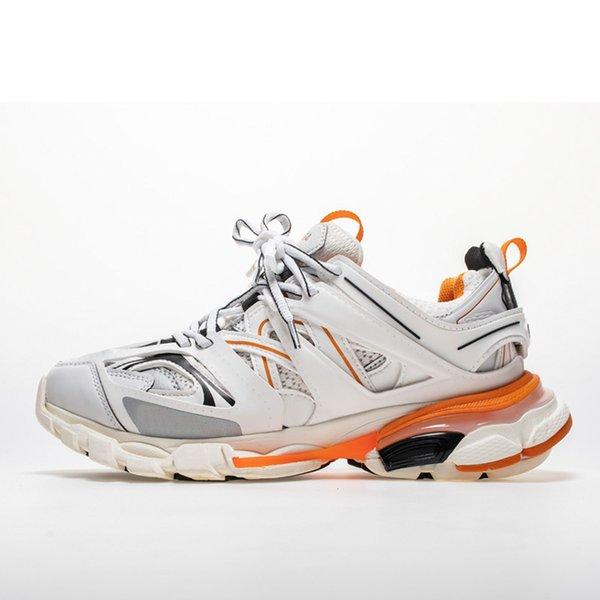 com as caixas de sapatos