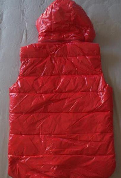 Rojo con capucha