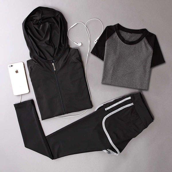 黑色 外套 + 黑色 短袖 + 灰色 边长裤
