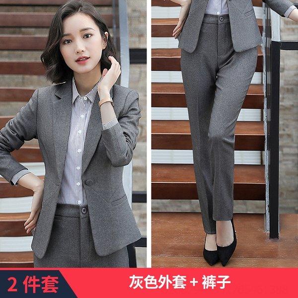 Pantaloni in cappotto grigio.