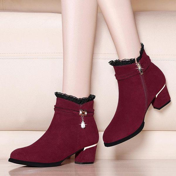 Красные зимние ботинки